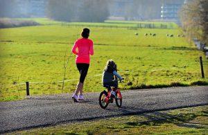 Mutter mit Kind beim Fahrrad Fahren